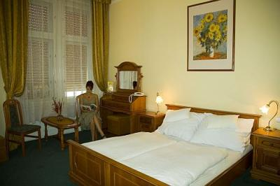Elegant hotel room in City Hotel Unio in the downtown of Budapest - City Hotel Unio Budapest - hotel near Great Boulevard
